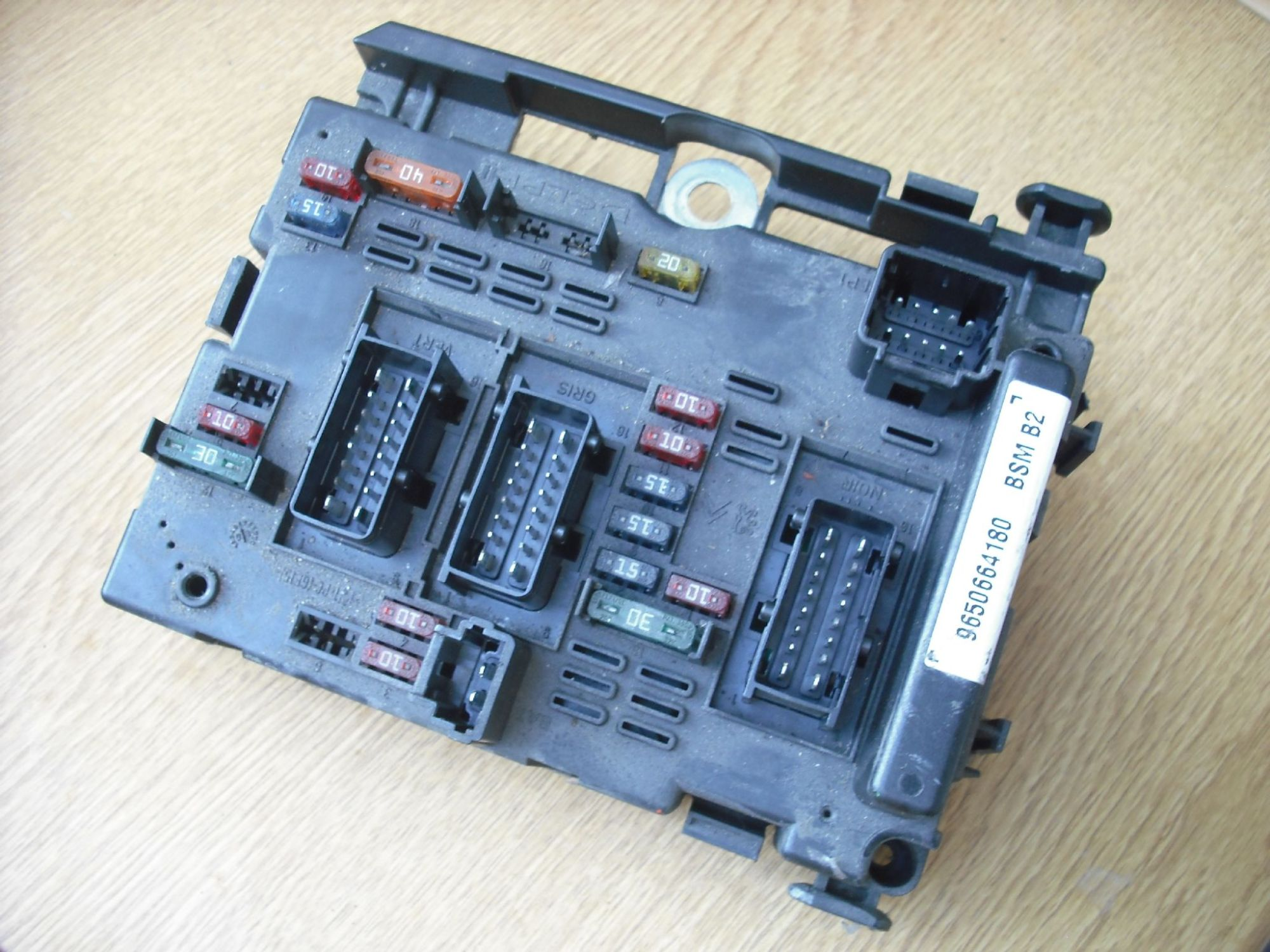 hight resolution of a genuine peugeot 207 307 1 4 1 6 2 0 hdi etc engine bay fuse box control module